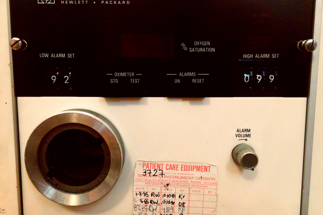 Image of an Old Pulse Oximiter panel from the 70's featuring knobs and buttons.